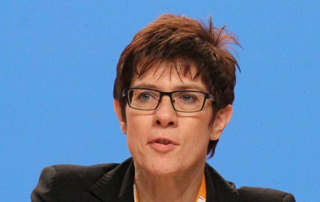 Генсек ХДС має намір змінити Меркель на посту глави партії