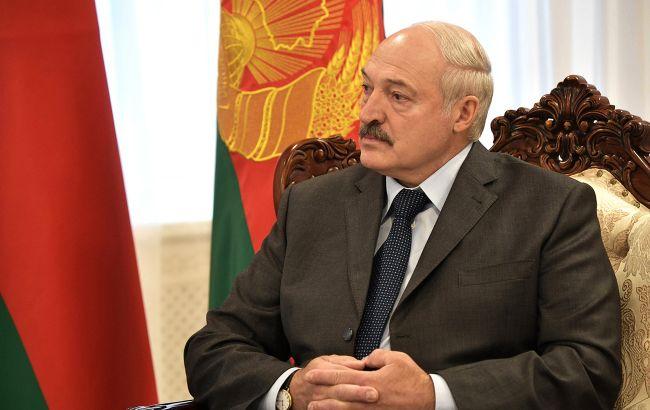 Лукашенко объяснил свое появление с автоматом