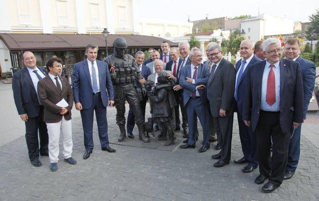 """Фото: фотографія парламентаріїв з так званим """"зеленим чоловічком"""" доводить неповагу до територіальної цілісності України"""