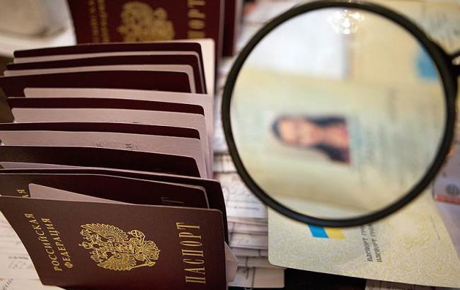 Фото: российские паспорта в Крыму