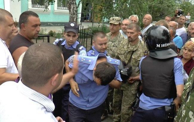 Жители поселка пытались устроить самосуд над полицейскими