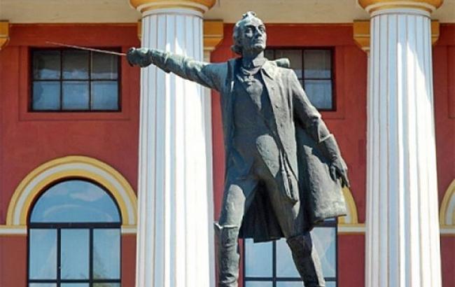 """Боротьба за Суворова триває: звільнили """"шишку"""", яка боролась за знесення пам'ятника"""