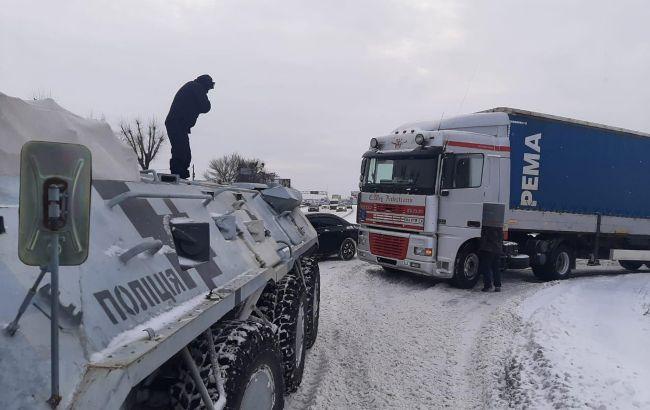 На трасах у Рівненській області через хуртовини заборонили рух транспорту