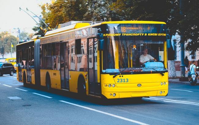 Танці в тролейбусі: киян підкорив чарівний кондуктор