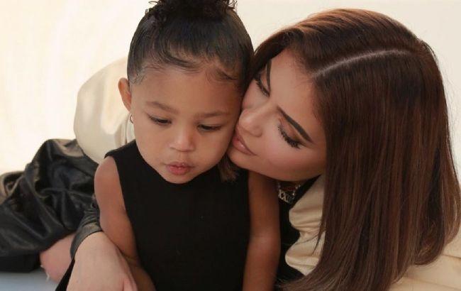 Возз'єднання сім'ї: Кайлі Дженнер і її екс-коханий разом проводжають дочку в школу
