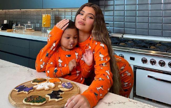 Мини-копия: Кайли Дженнер с дочкой в одинаковых ярких нарядах покорили сеть красотой