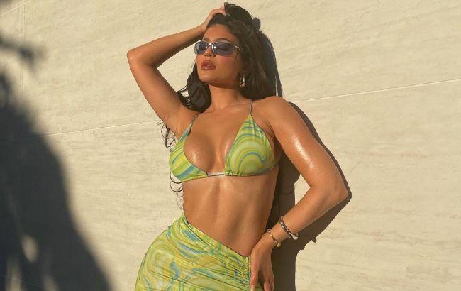 Королева пляжа: Кайли Дженнер блеснула формами в трендовом бикини лета 2021