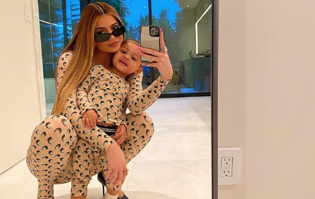 Стильные красотки: Кайли Дженнер умилила фанатов новым family look с дочкой