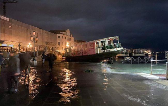 В Венеции массово протестуют из-за наводнений и круизных кораблей