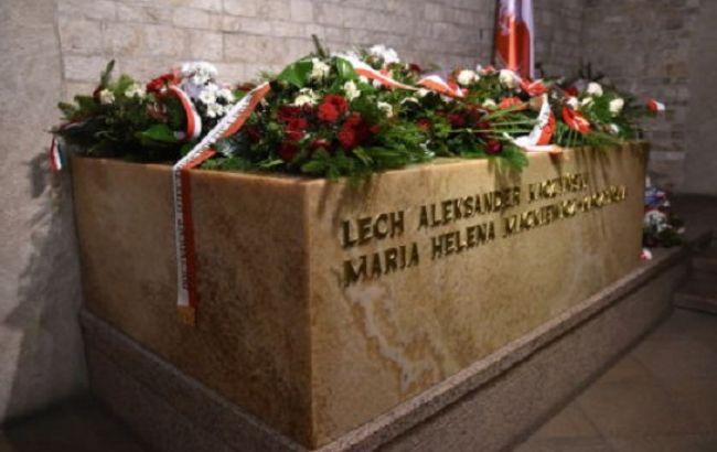 Фото: труни з тілами Качиньських були поміщені в новий саркофаг з мармуру