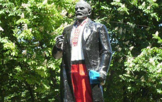 Фото: пам'ятник Леніну в Волновасі