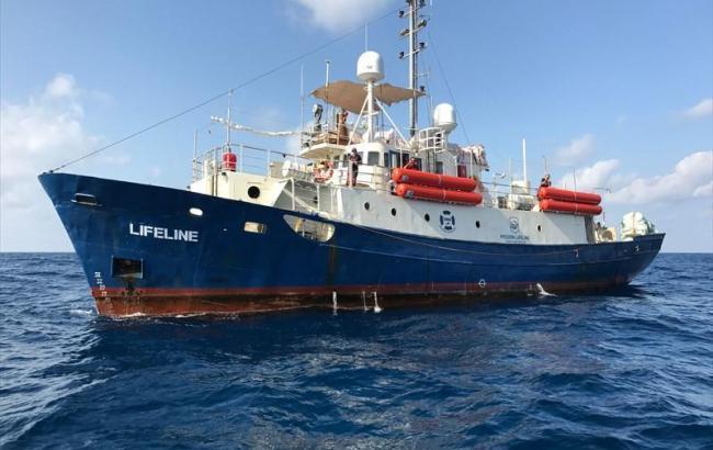Іспанія не прийняла судно Lifeline з 224 мігрантами на борту