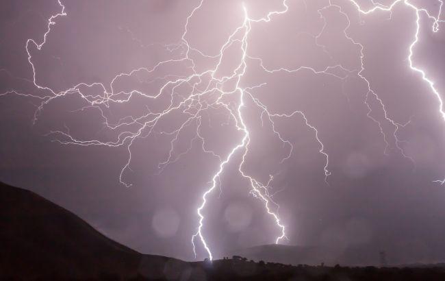 Под Львовом молния попала в дом и оставила след на теле женщины (видео)