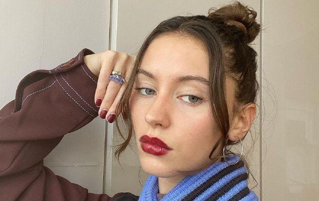 Тренд из 90-х: Айрис Лоу демонстрирует самый модный макияж глаз будущей осени