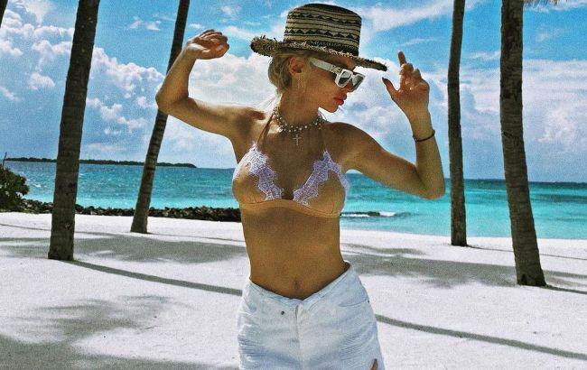 С кокосом и в полотенце на голое тело: Лобода порадовала фанатов горячими фото с отдыха