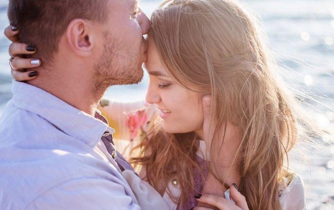 Астролог назвал знаки Зодиака, которые в июне обретут любовь