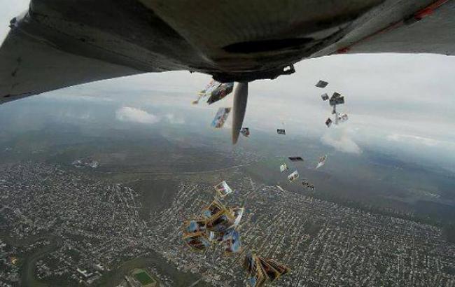 Фото: Листівки выброссили над центром Луганська (facebook.com)