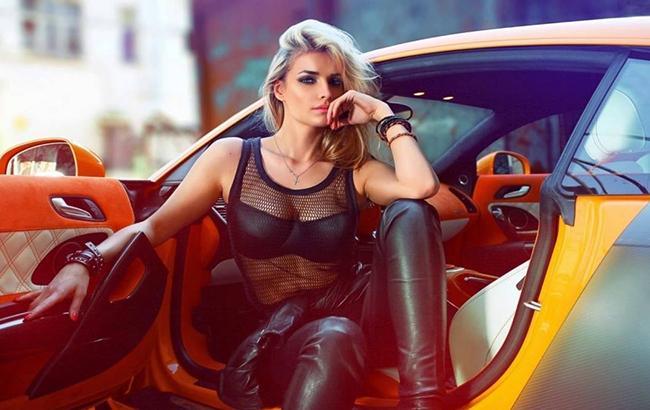Дівчина (скріншот luxury Cars Girls youtube.com)