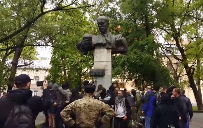 Фото: у Львові намагалися знести пам'ятник радянському письменнику