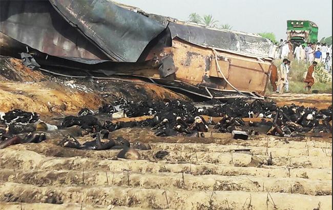 Фото: загоряння бензовозу в Пакистані (Maan Ali twitter)