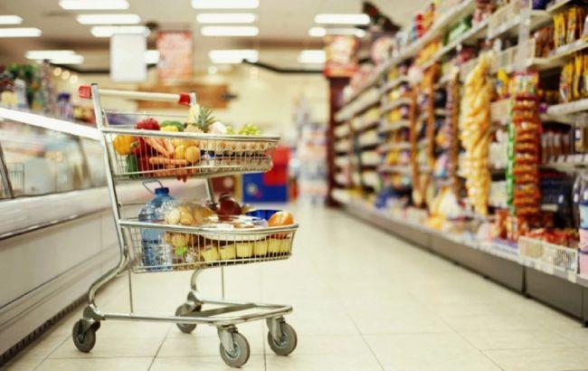 У Києві бабуся придумала спосіб наживатися на відвідувачах супермаркетів: відео викриття