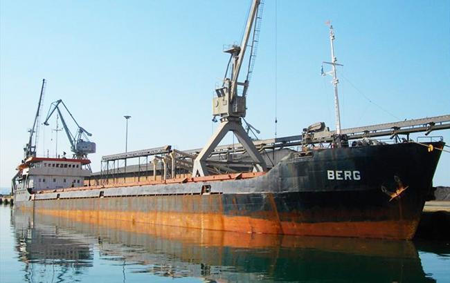 В окупованому Криму тоне судно із українцями на борту