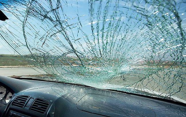 У Львівській області Mercedes протаранив електроопору, є постраждалі