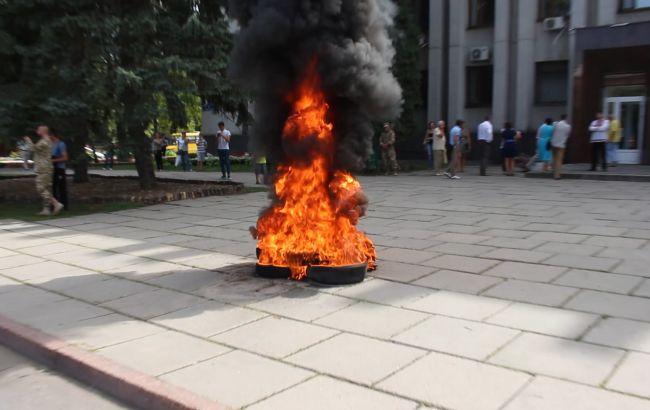 У Вінниці під облрадою активісти запалили шини