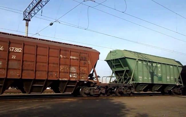Фото: вантажний поїзд скоїв наїзд на пенсіонера