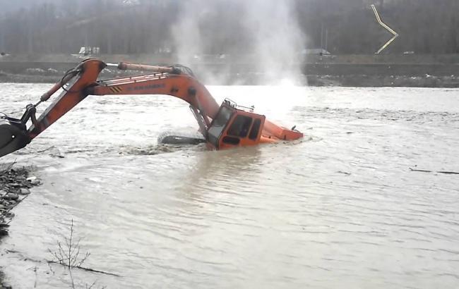 Китаец попытался переплыть реку на эскаваторе