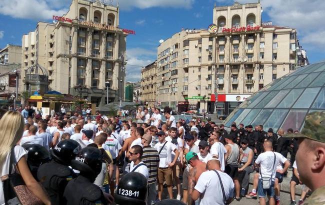 Фото (Facebook /A.Pokidin): навколофутбольний ажіотаж у центрі Києва