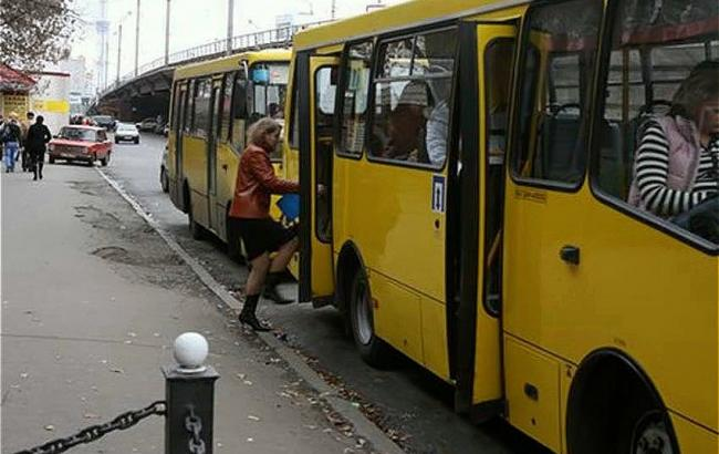 Фото: Двері маршрутки були несправними (khm.depo.ua)