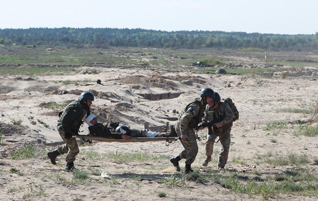 На Донбасі поранено двох українських військовослужбовців, - Міноборони