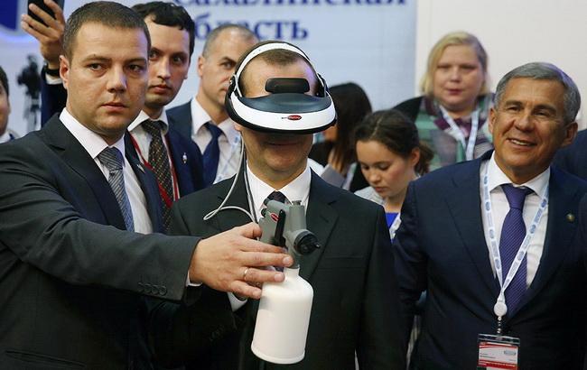 Медведєва нагородили в Китаї російським шоломом віртуальної реальності