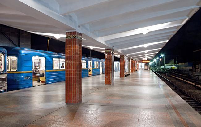 Поліція повідомила про смерть чоловіка, який упав на рельси у метро Києва