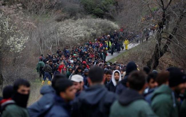 Сотни мигрантов бросились вреку награнице Греции иМакедонии