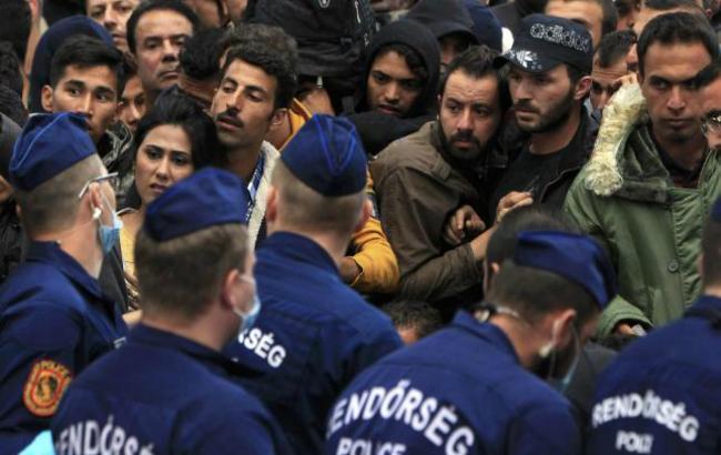 Фото (Reuters): мігранти в Угорщині