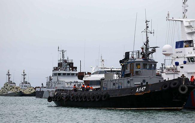 Росія виводить захоплені українські кораблі з Керчі