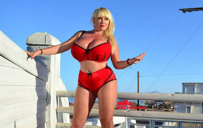 Українська модель підірвала мережу своїми величезними грудьми