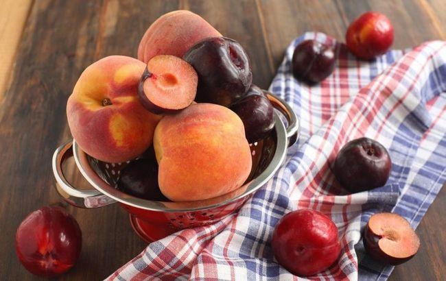Есть сливы и персики можно не всем: врачи предупредили о серьезной опасности