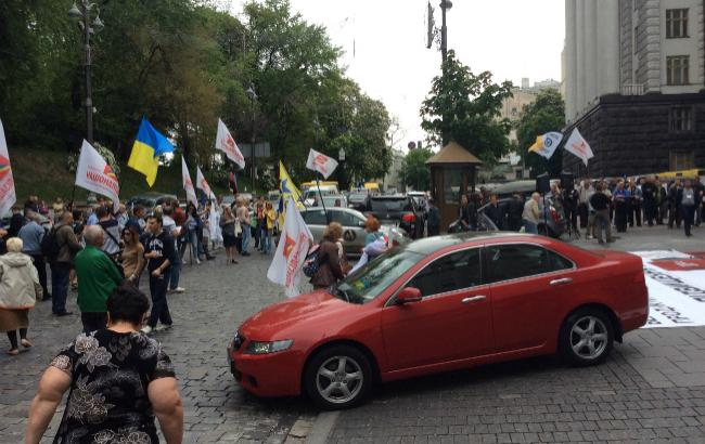 Близько 100 активістів перекрили рух під Кабміном