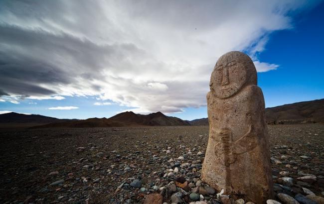 В Днепре мужчина отдал в музей тысячелетнюю каменную бабу, приносившую несчастья