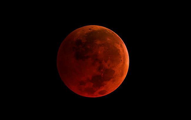 Кривава місяць: у мережі діляться знімками суперповні