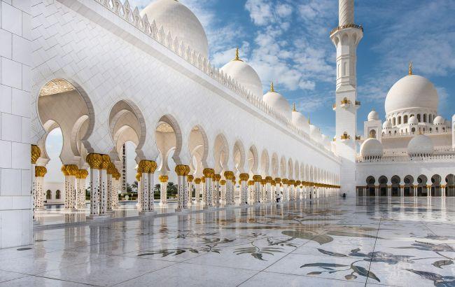 Три етапи ПЛР-тестів і браслети на руках: в Абу-Дабі встановили суворі правила для туристів