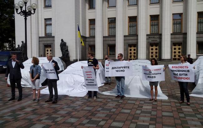 Фото: глава Мін'юсту Петренко (зліва) з активістами під Радою