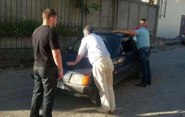 Фото: момент затримання працівників фіскальної служби