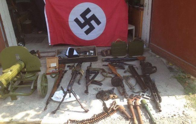 Фото: изъятые боеприпасы и нацистская символика