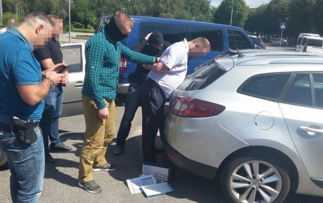 Фото: СБУ затримали хабарника, який вимагав гроші за передачу землі