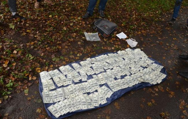 Фото: СБУ затримала хабарника на отриманні 20 тис. доларів