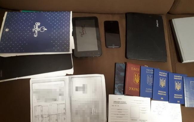 Фото: изъятые документы (ssu.gov.ua)